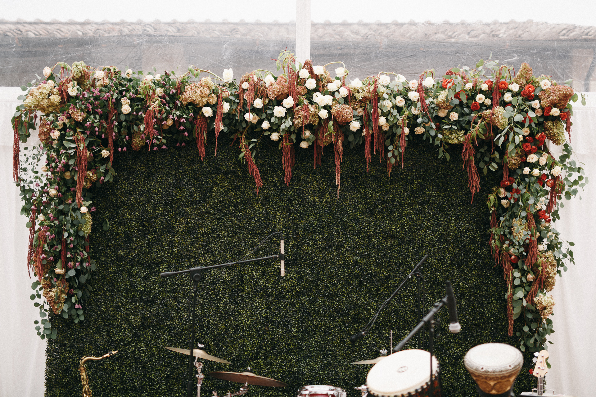 10 backdrops fun ideas for your wedding - TheKnotInItaly