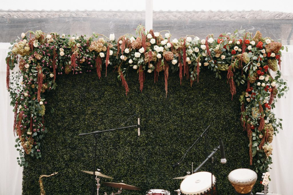 rustic and lush band backdrop for wedding in Tuscany . destination wedding in tuscany